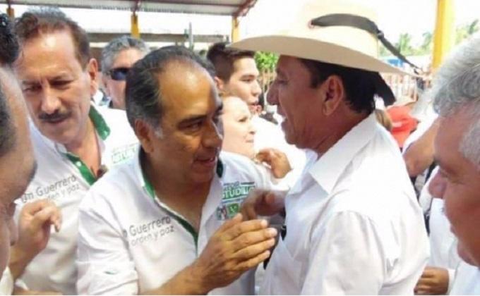 Elí Camacho Goicochea (derecha) y el gobernador Héctor Astudillo.