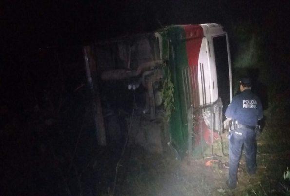 volcadura deja tres muertos y dos heridos (2)